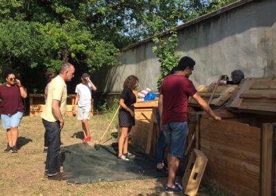 Bénévoles pour le retournement de compost à la ferme de la croix-rousse à lyon 4